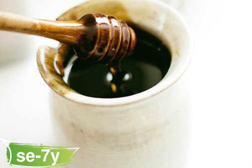 عسل توالانج الأسود مع الشمع